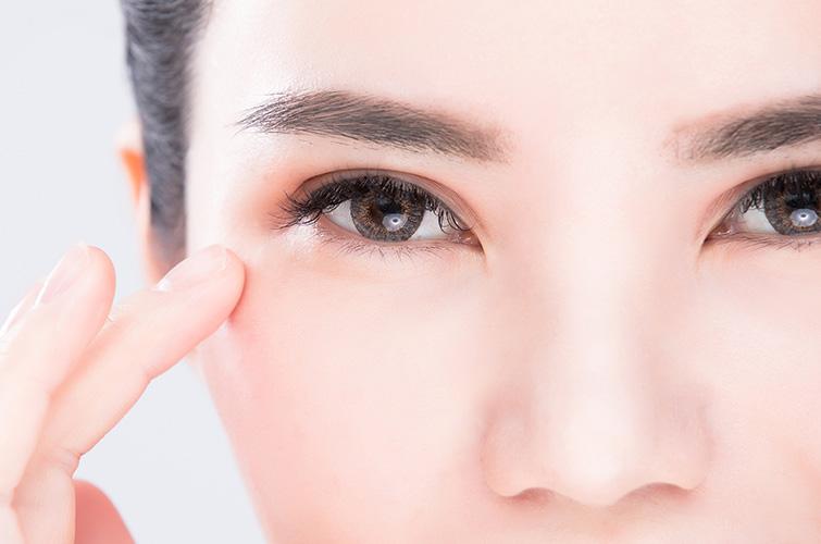 そのまぶたの下がりは放置してはダメ!<br>眼瞼下垂の症状と治療をチェック